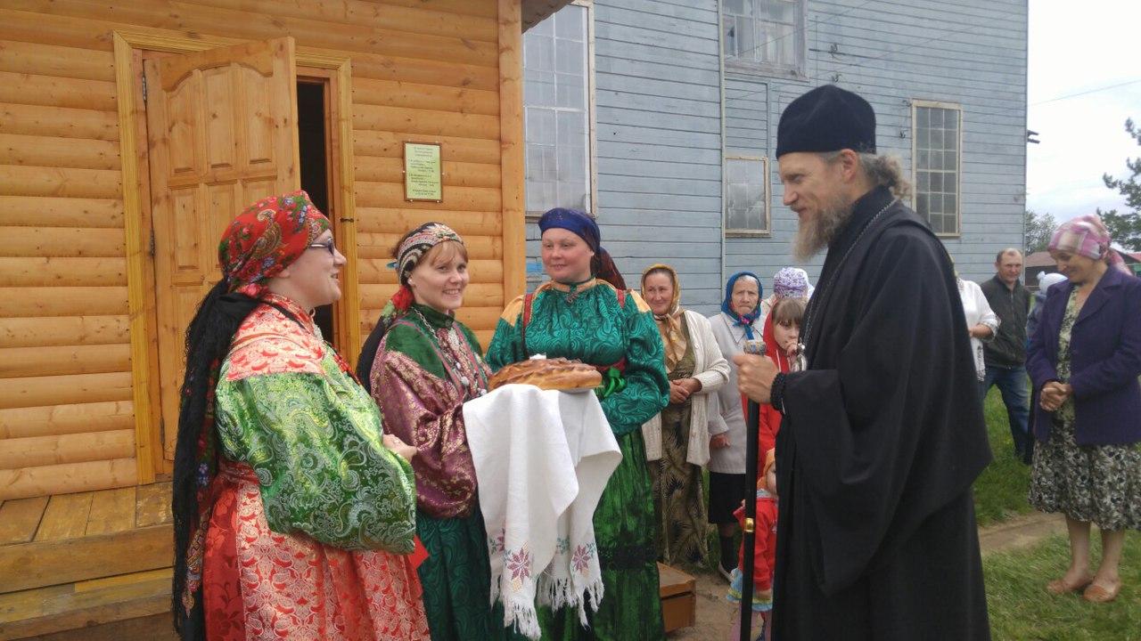 жители д. Гам встречают Владыку хлебом-солью